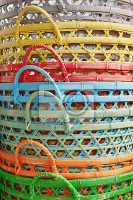 Stos bambusowych koszach nowych malowane w jasnych kolorach