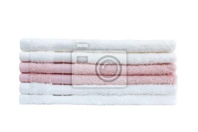 Stos białe i różowe ręczniki samodzielnie na białym tle.