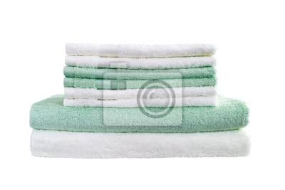 Stos białe i zielone ręczniki samodzielnie na białym tle