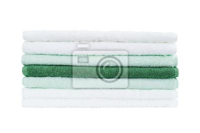 Stos białe i zielone ręczniki samodzielnie na białym tle.