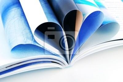 Stos otwarte czasopism samodzielnie na białym tle
