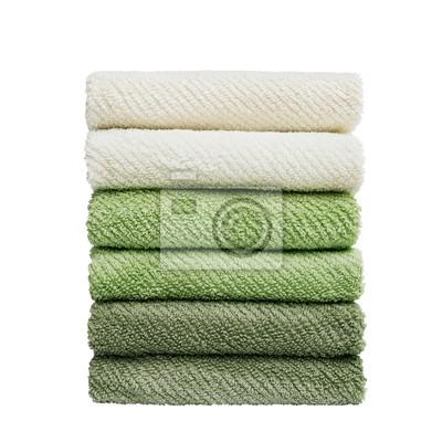 Stos zielone i beżowe ręczniki samodzielnie na białym tle