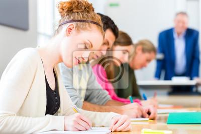 Naklejka Studenci pisać egzamin egzaminy