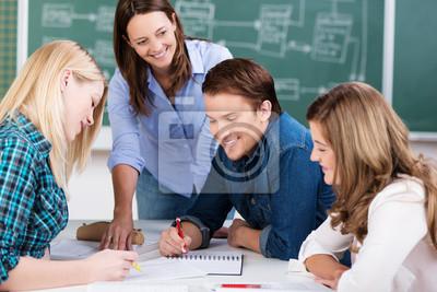 Naklejka Student w pracy grupowej w klasie