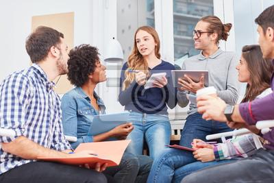 Naklejka Studenten diskutieren und lernen zusammen