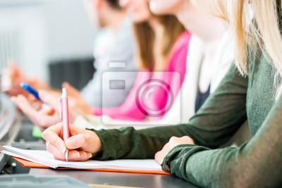 Naklejka Studentów w audytorium uniwersytetu pisać egzamin