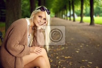 Stylish Woman Cieszący spokoju i samotności