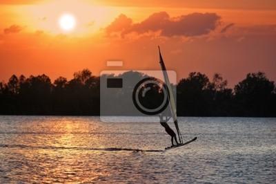 Surfer podczas zachodu słońca