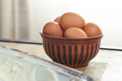 Surowe jaja w misce