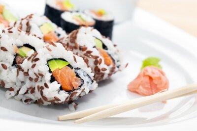 Naklejka Sushi z łososia, awokado, ryż w wodorostów podawane z wasabi i imbir.