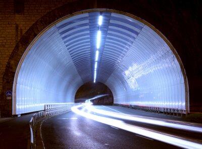 Naklejka światła samochodu w tunelu, miasta nocą.