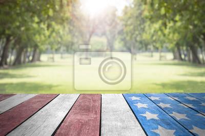 Naklejka Święto Pracy usa flaga na stołowym wierzchołku w parku dla tła
