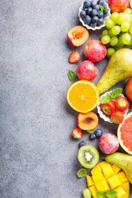 Naklejka Świeże asortowane owoc i jagody na jasnopopielatym tle. Kolorowe czyste i zdrowe odżywianie. Żywność Detox. Skopiuj miejsce. Widok z góry.