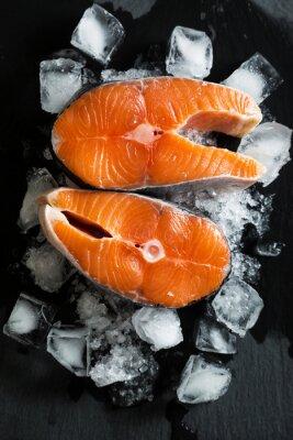 Naklejka Świeże kawałki łososia na lodzie