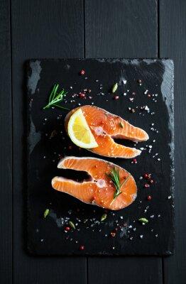 Naklejka Świeże plastry łososia z cytryną i przyprawami