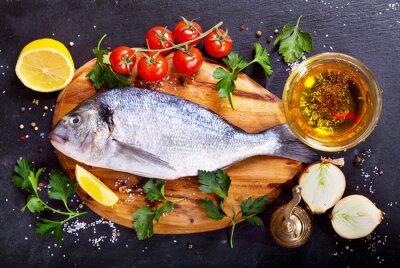 Naklejka świeże ryby dorado z warzyw