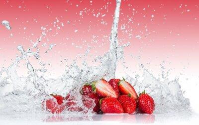 Naklejka Świeże truskawki z plusk wody