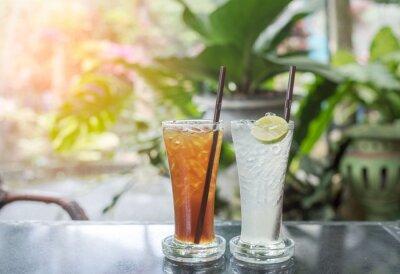 Świeże zimnej wody z cytryną i lodu w dzban na stole