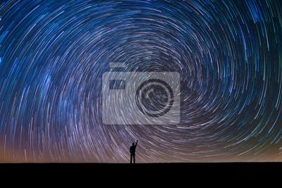Naklejka Sylwetka człowieka, wskazując na gwiazdy North Star wir szlaku