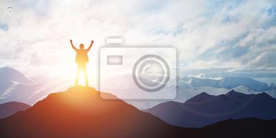 Naklejka Sylwetka mężczyzny na szczycie góry