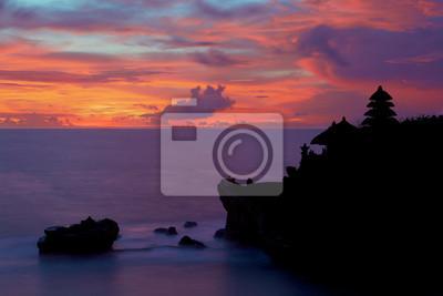 Sylwetka Pura Tanah Lot na zachód słońca kolorowe.