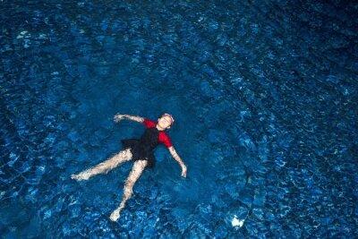Szczęśliwa dziewczynka w basenie