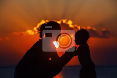 Szczęśliwa matka i syn radosne sylwetka zachód słońca