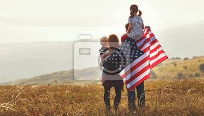 Naklejka szczęśliwa rodzina z flagą USA USA o zachodzie słońca na zewnątrz