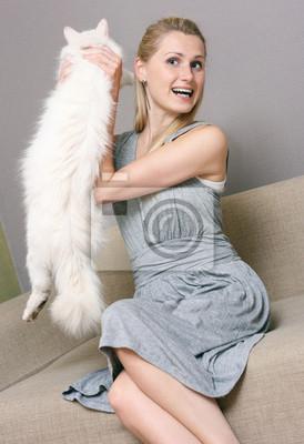 Szczęśliwego kobieta kot siedząc w kanapie