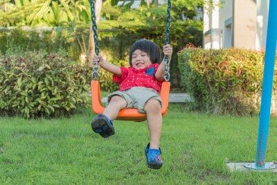 Szczęśliwi mali boyls ma zabawę przy boiskiem w słonecznym dniu