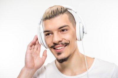 Szczęśliwy człowiek w słuchawkach
