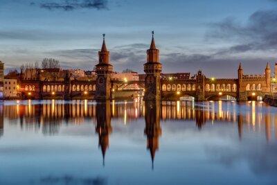 Naklejka Szprewy i Oberbaumbruecke w Berlinie o świcie