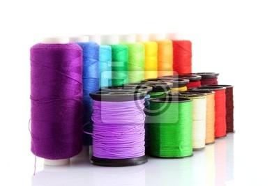 Szpulki Kolorowe nici na białym tle
