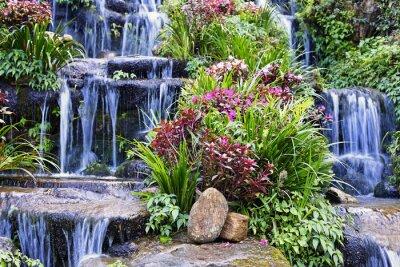 Naklejka Sztuczny wodospad i posąg w ogrodzie