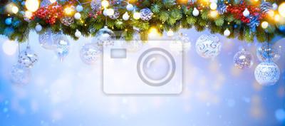 Sztuka świąteczna dekoracja świąteczna; Gałęzie drzewa jodły i światło wakacje na niebieskim tle śniegu