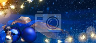 Sztuki choinki światło i wakacje dekoracja na błękitnym śnieżnym tle