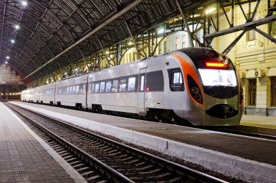 Naklejka Szybki pociąg na stacji kolejowej