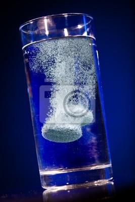 Tablet w szklance wody