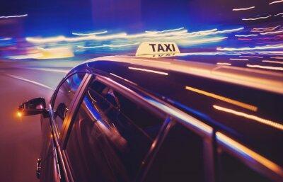 Naklejka Taxi biorąc w lewo w nocy