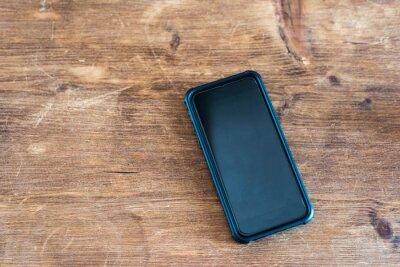 Telefon na tle stołu drewna