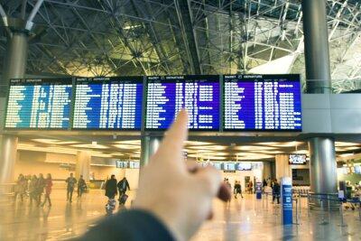 Terminal na lotnisku podróżników rozmycie tła.
