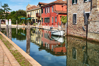 Torcello, Wenecja. Kolorowi domy na Torcello wyspie, kanale i łodziach. Lato, Włochy