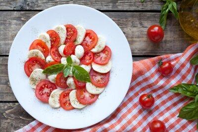 Naklejka Tradycyjna włoska sałatka caprese z mozzarellą antipasti