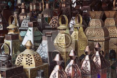 Tradycyjne lampy ze szkła i metalu