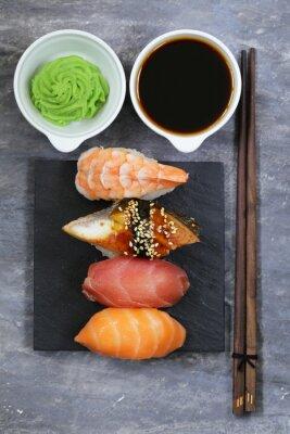Naklejka Tradycyjny japoński jedzenie sushi z łososia, tuńczyka i krewetki
