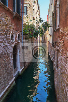 Tradycyjny wąski kanał w Wenecja, Włochy.
