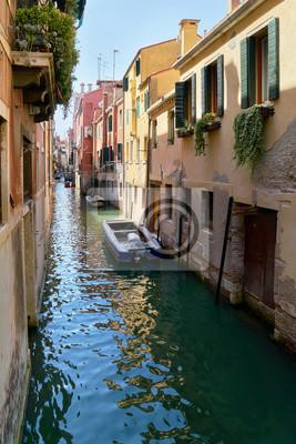 Tradycyjny wąski kanał z łodziami w Wenecja, Włochy. Lato