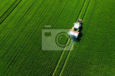 Naklejka Traktor von oben auf dem feld, Luftaufnahme