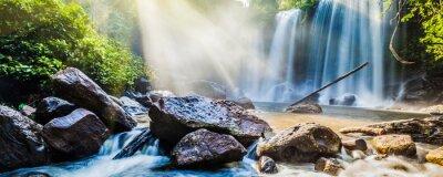Naklejka Tropical wodospad w dżungli z promieni słonecznych