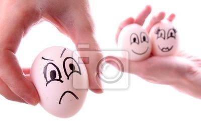 Trzy jaja w ręce samodzielnie na białym tle